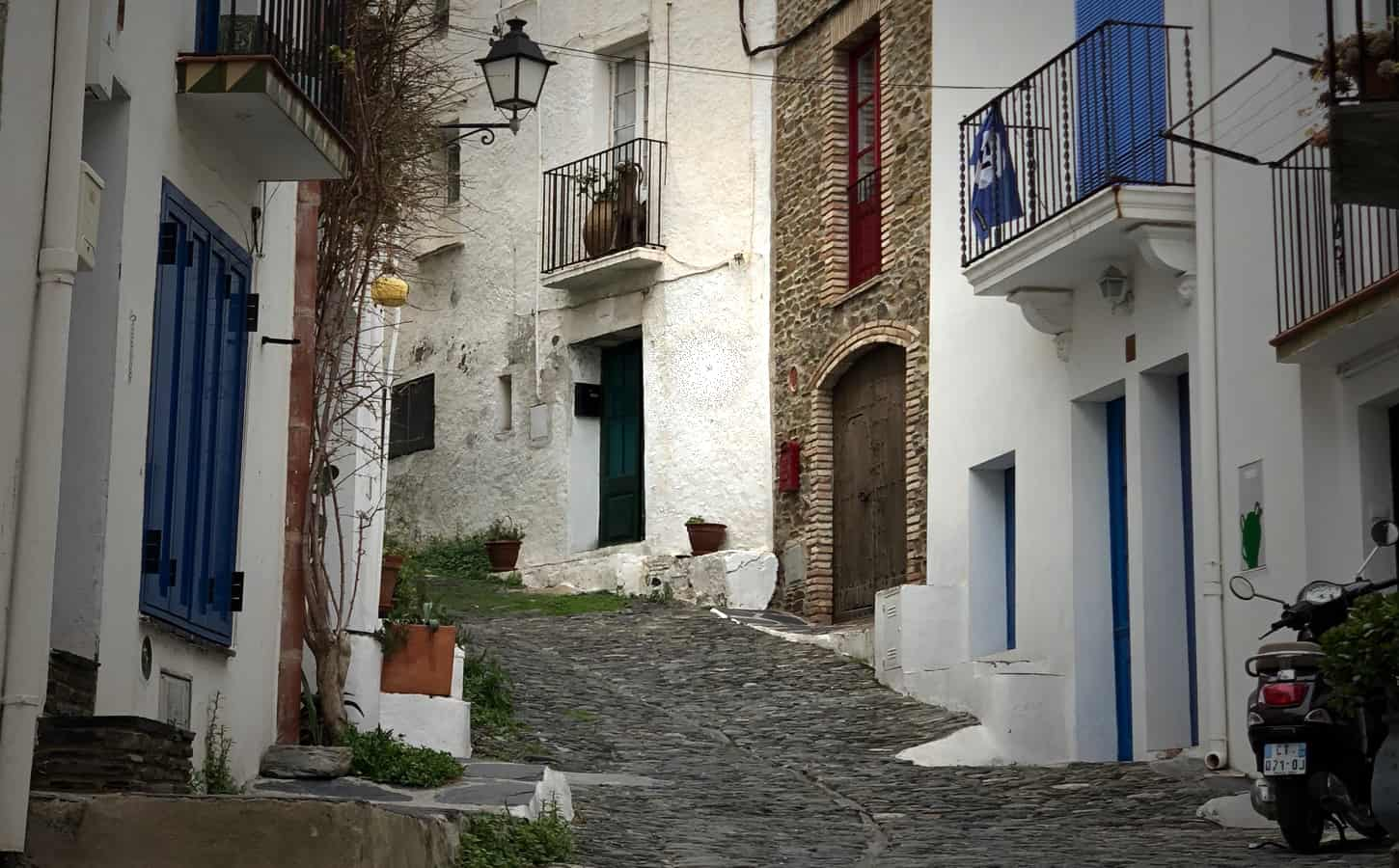 Cadaques_old_town_street