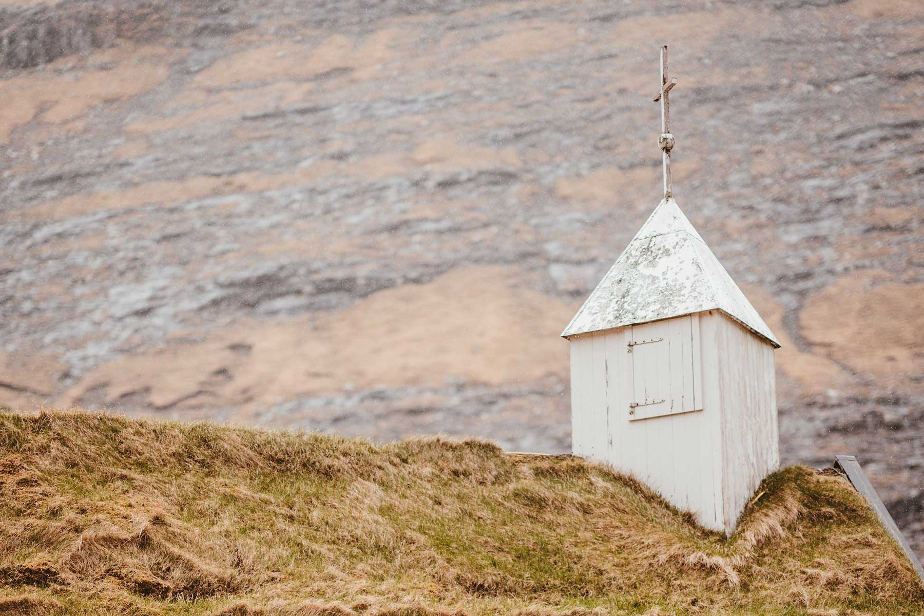 Ett-tak-på-en-kyrka-på-Färöarna-Nygren-Lind-Resebyrå