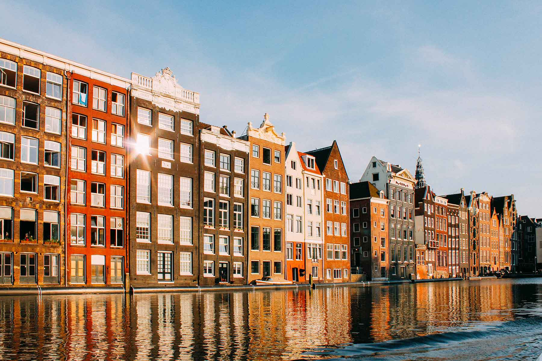Resor-till-Amsterdam-med-Nygren-Lind-Resebyrå---kanal-och-hus