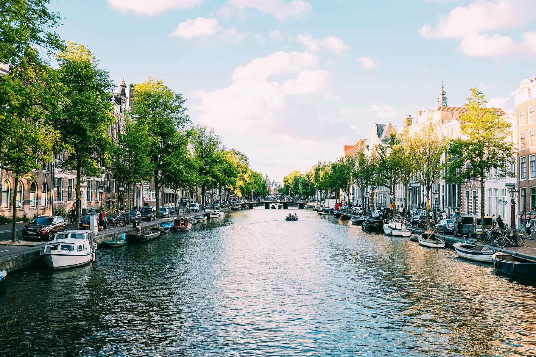 Resor-till-Amsterdam-med-Nygren-Lind-Resebyrå---kanaler-båtar