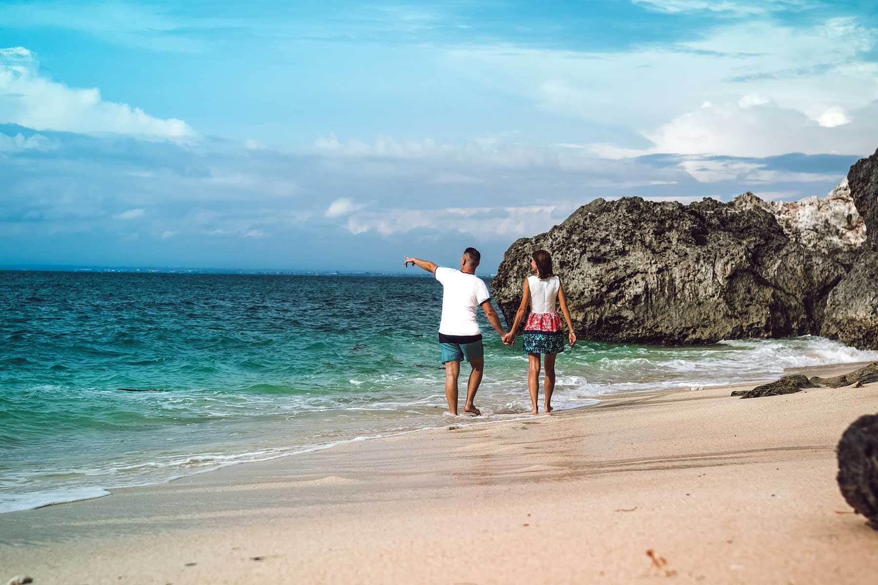 Resor-till-Bali-med-Nygren-&-Lind-Resebyrå---par-på-strand