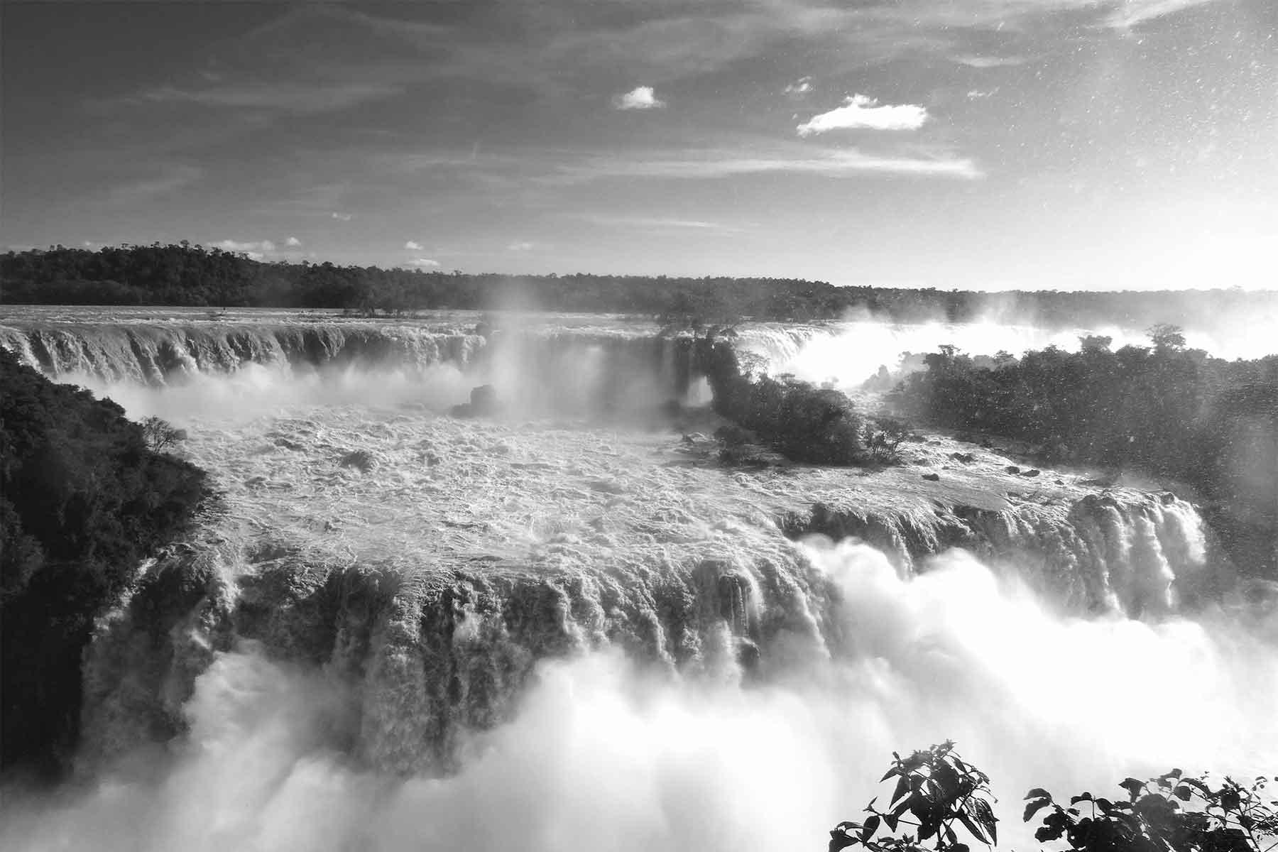 Resor-till-Brasilien-med-Nygren-&-Lind-Resebyrå---iguassu-fallen-svart-vitt