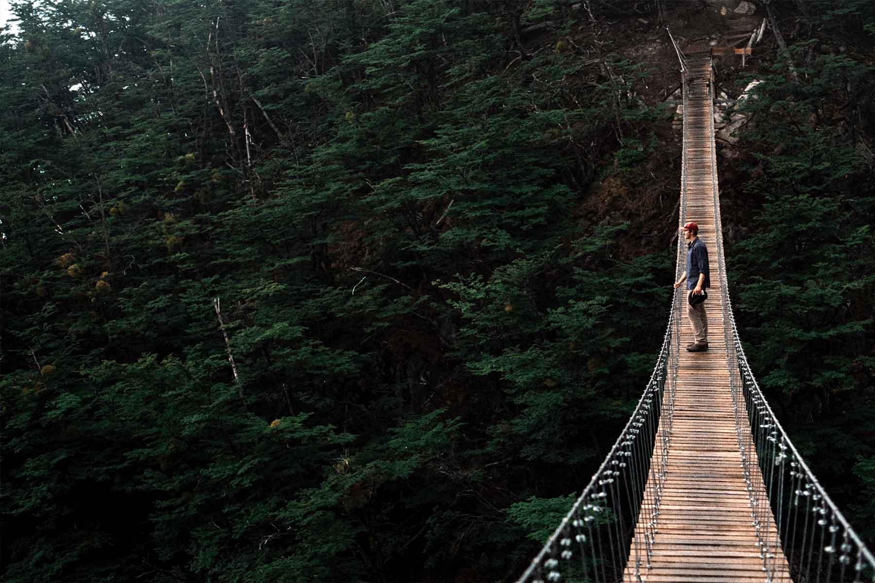 Resor-till-Chile-med-Nygren-&-Lind-resebyrå---turist-på-hängbro