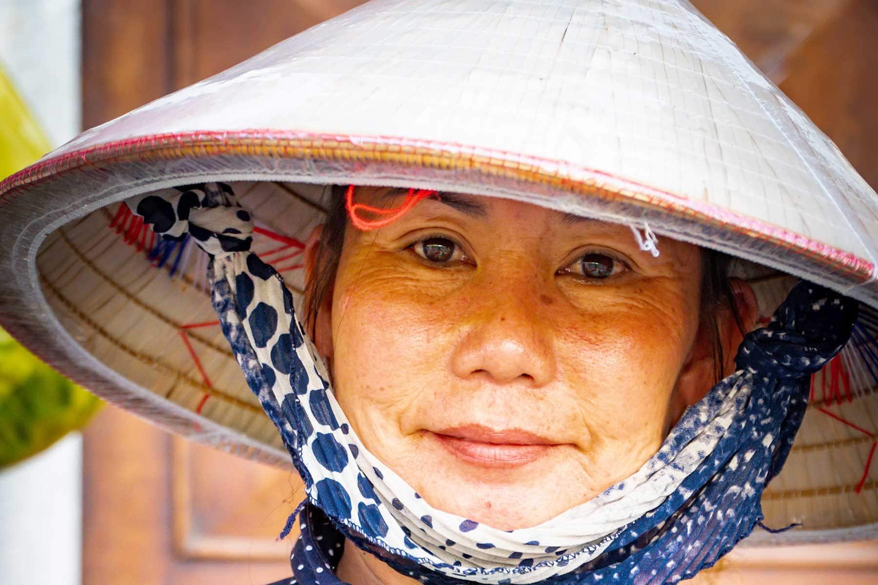 Resor-till-Ho-Chi-Minh-Nygren-Lind-Resebyrå-kvinna-i-rishattl