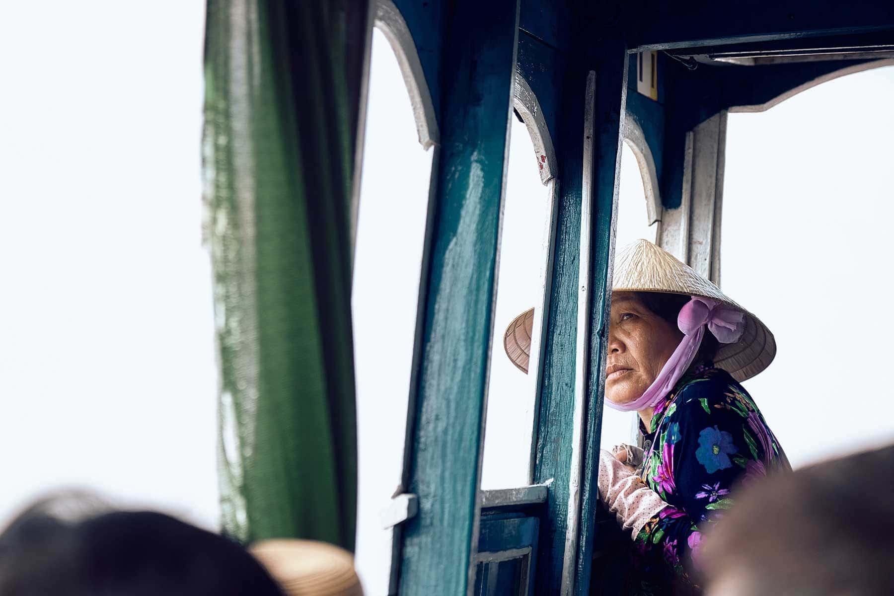 Resor-till-Ho-Chi-Minh-Nygren-Lind-Resebyrå-kvinna-på-buss