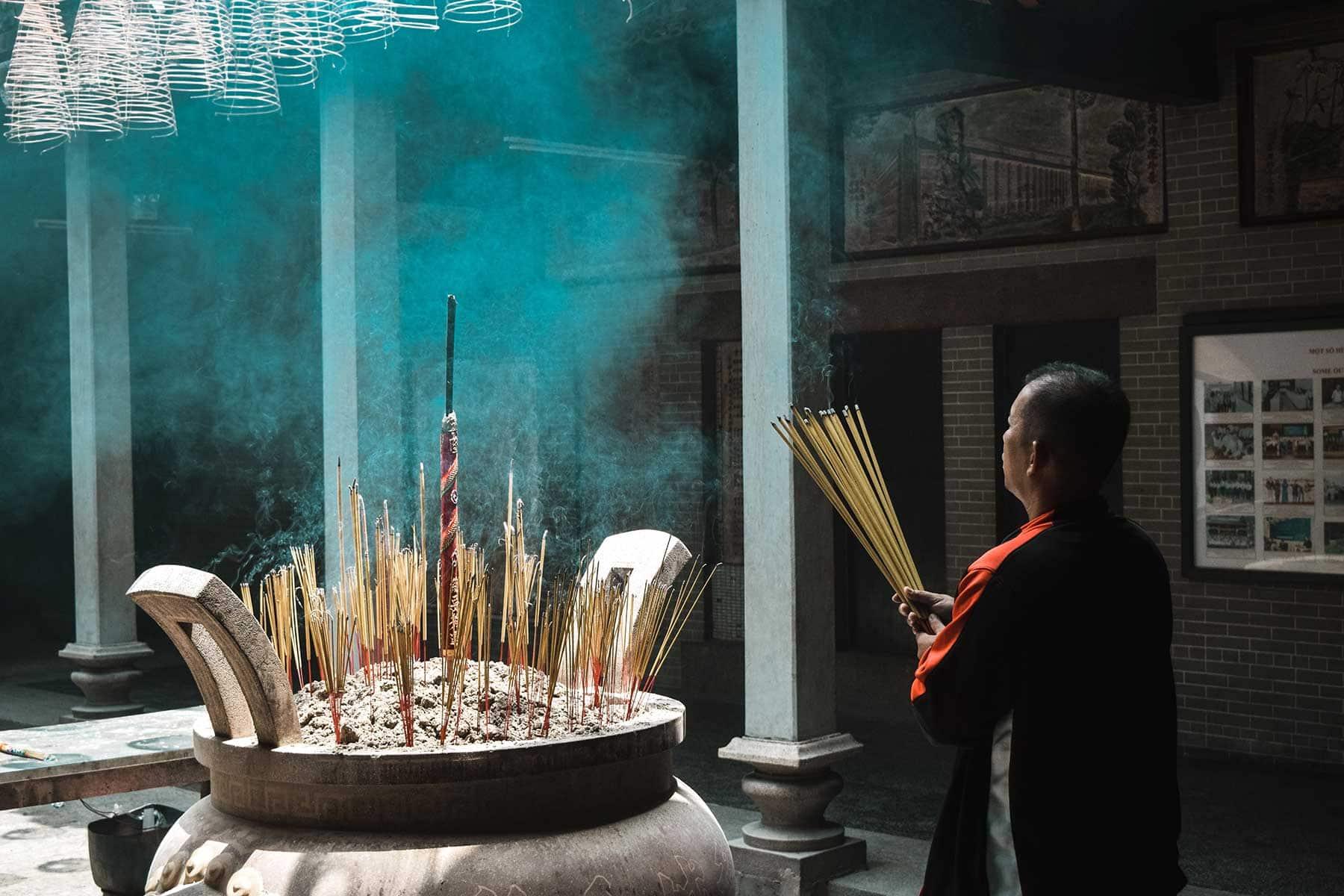 Resor-till-Ho-Chi-Minh-Nygren-Lind-Resebyråmann-i-tempell