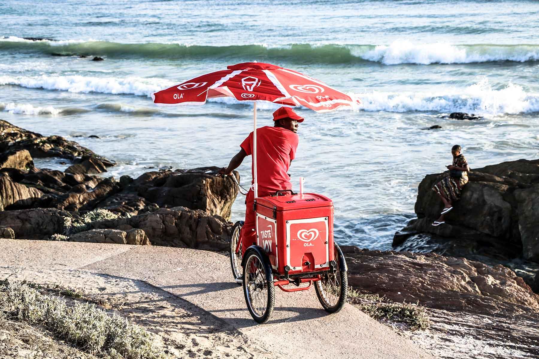 Resor-till-Kapstaden-med-Nygren-&-Lind-Resebyrå--kille-på-cykel