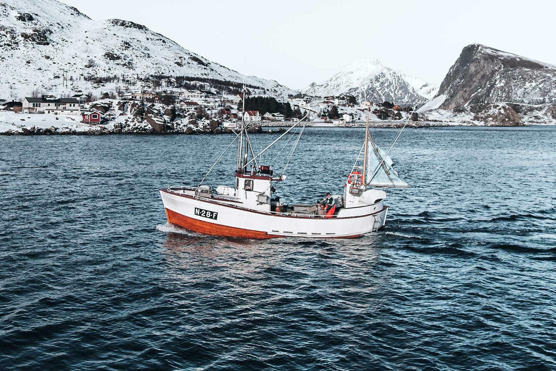 Resor-till-Lofoten-i-Norge---fiskbåt-Nygren-Lind-Resebyrå