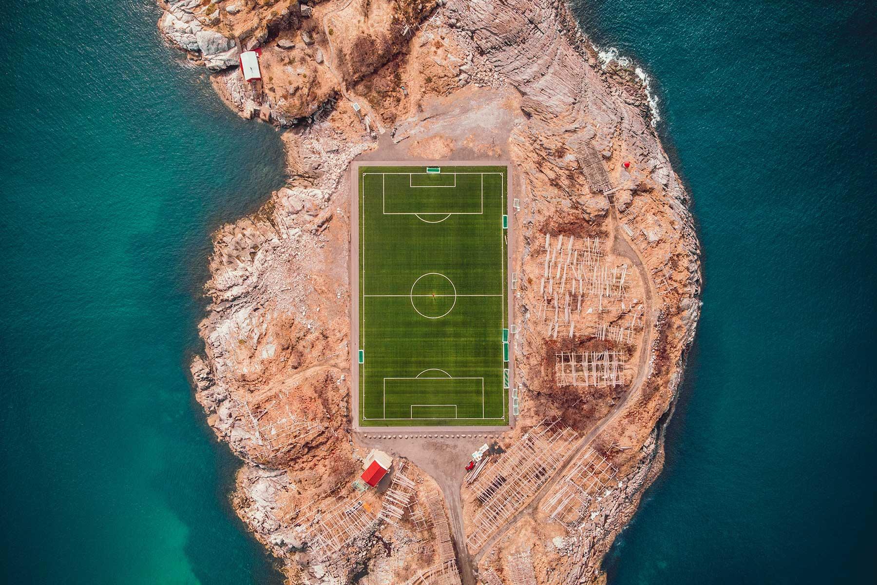 Resor-till-Lofoten-i-Norge---fotbollsplan-Nygren-Lind-Resebyrå