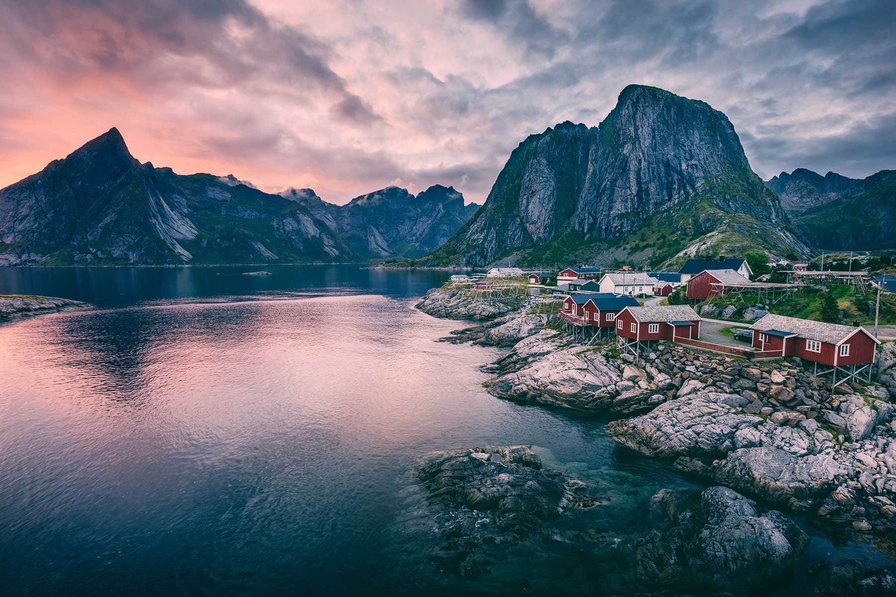 Resor-till-Lofoten-i-Norge---hus-vid-klippan--Nygren-Lind-Resebyrå