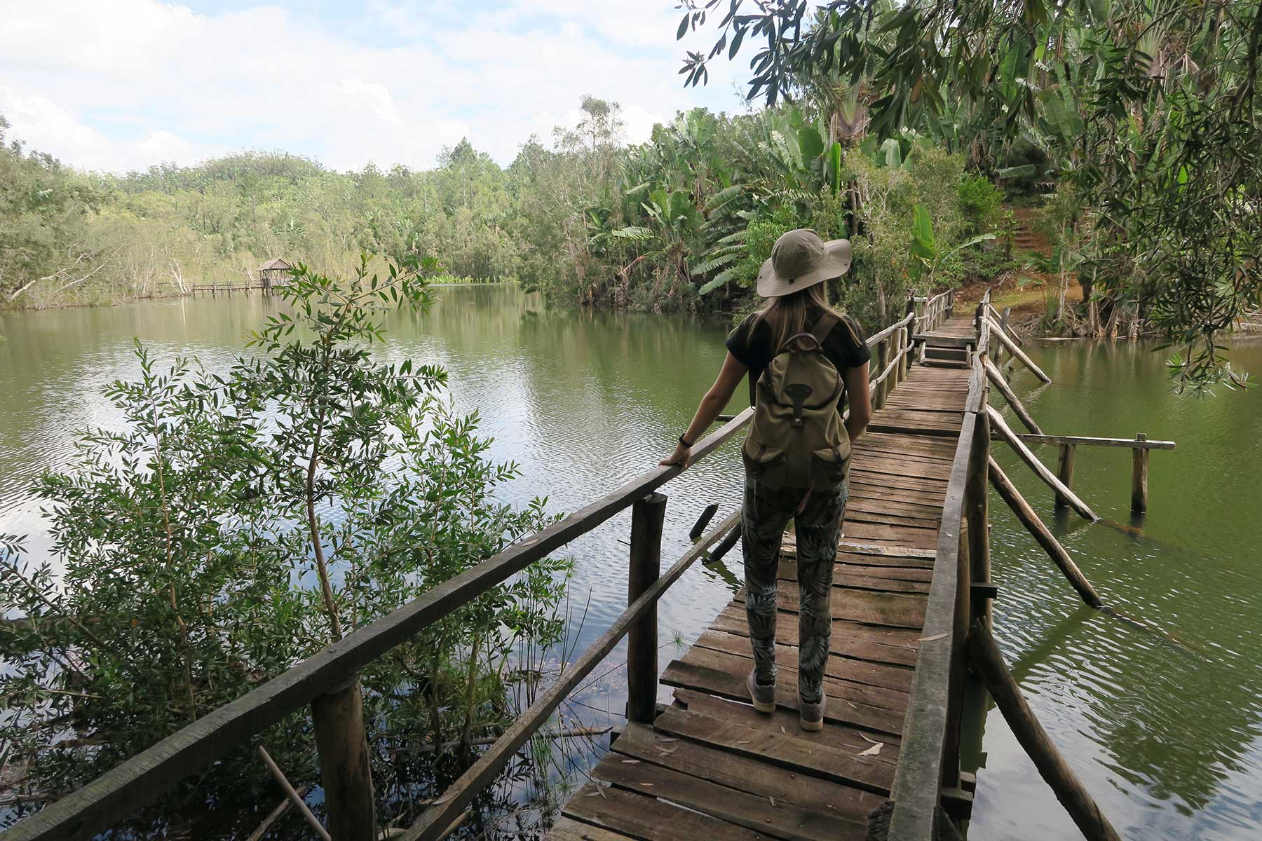 Resor-till-Madagaskar---kvinna-i-djungel---Nygren-Lind-Resebyrå