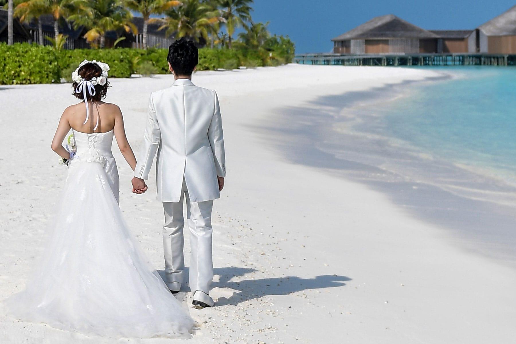 Resor-till-Maldiverna-med-Nygren-&-Lind-resebyrå---bröllopspar-på-stranden