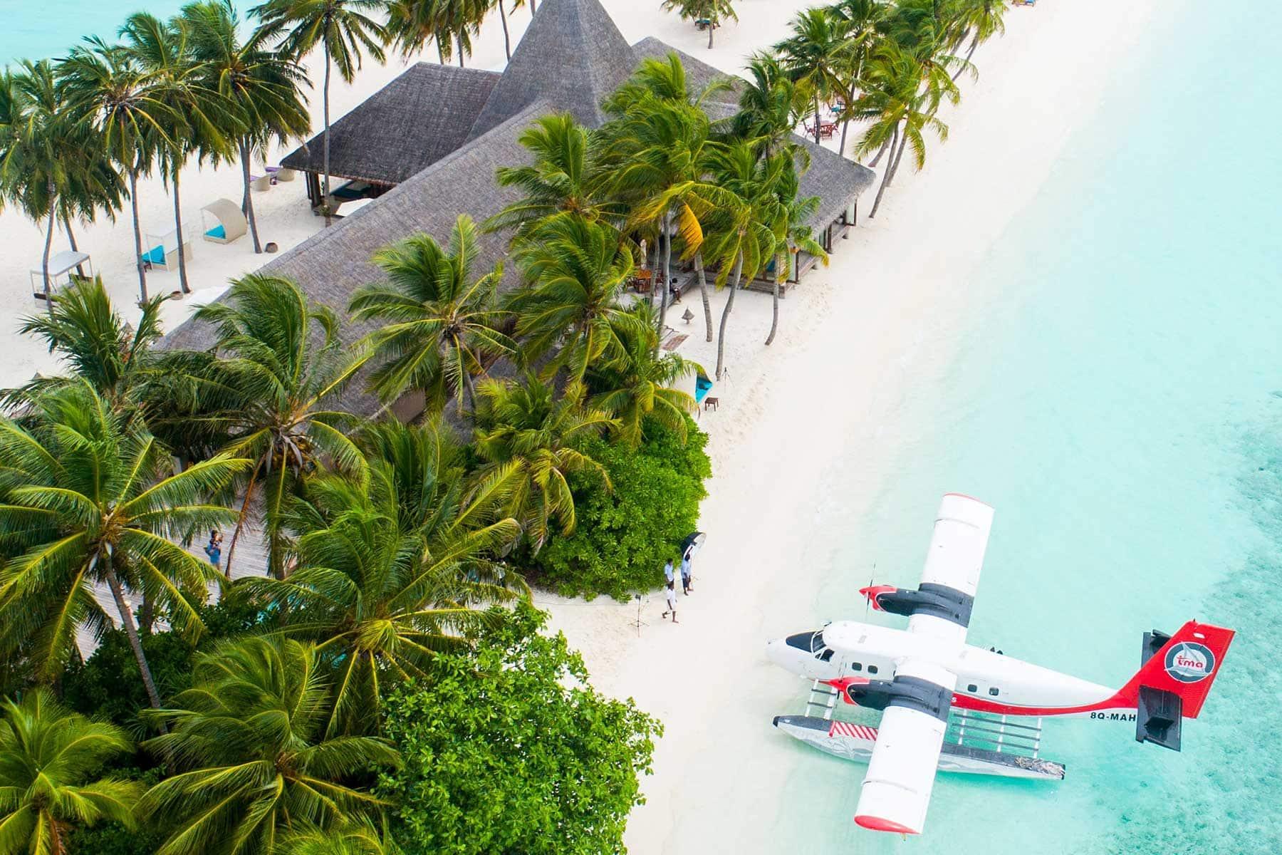 Resor-till-Maldiverna-med-Nygren-&-Lind-resebyrå---småflygplan-på-stranden