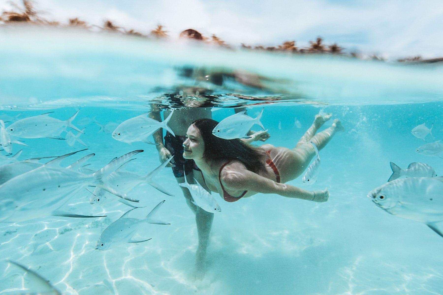 Resor-till-Maldiverna-med-Nygren-&-Lind-resebyrå---tjej-dyker