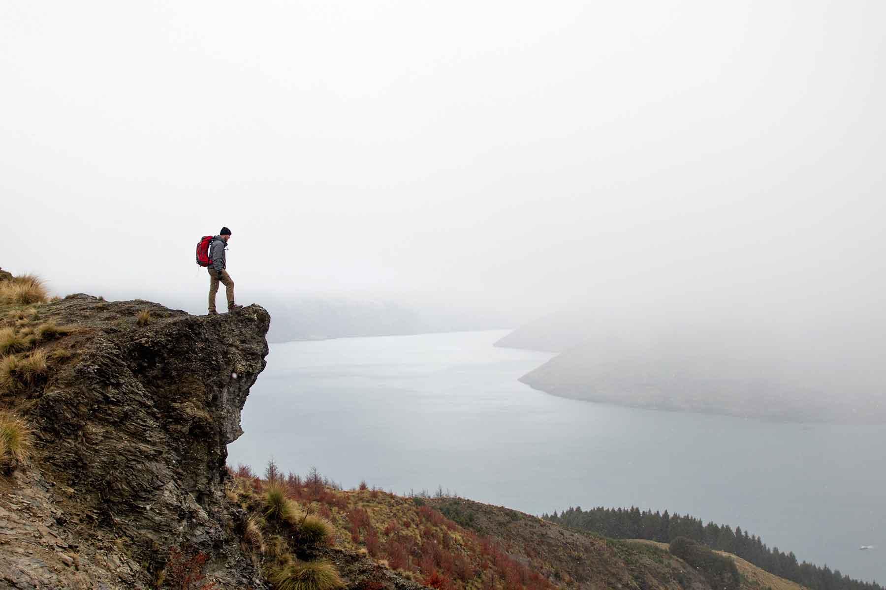 Resor-till-Oceanien-med-Nygren-&-Lind-Resebyrå---mann-på-berg