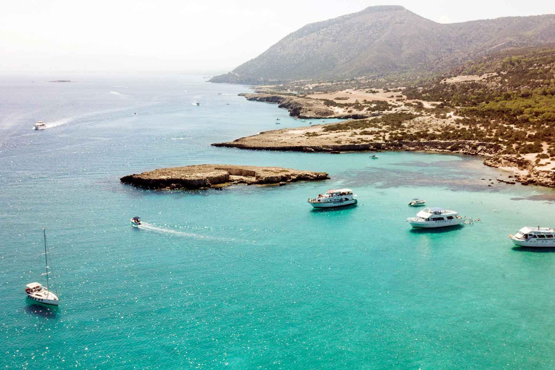 Resor-till-Pafos-med-Nygren-&-Lind-Resebyrå---båtar-på-blå-sjö