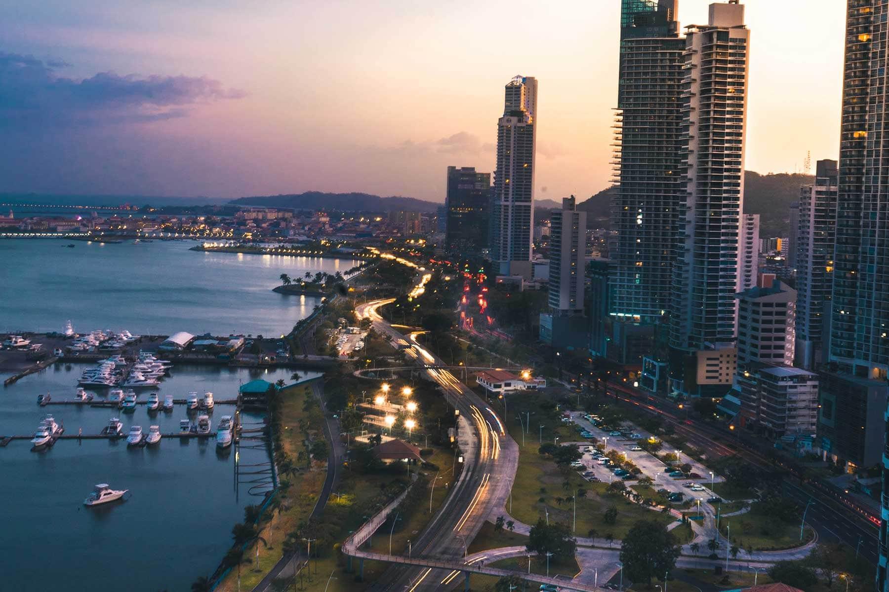Resor-till-Panama-med-Nygren-&-LInd-Resebyrå---panama-city-kvällstid