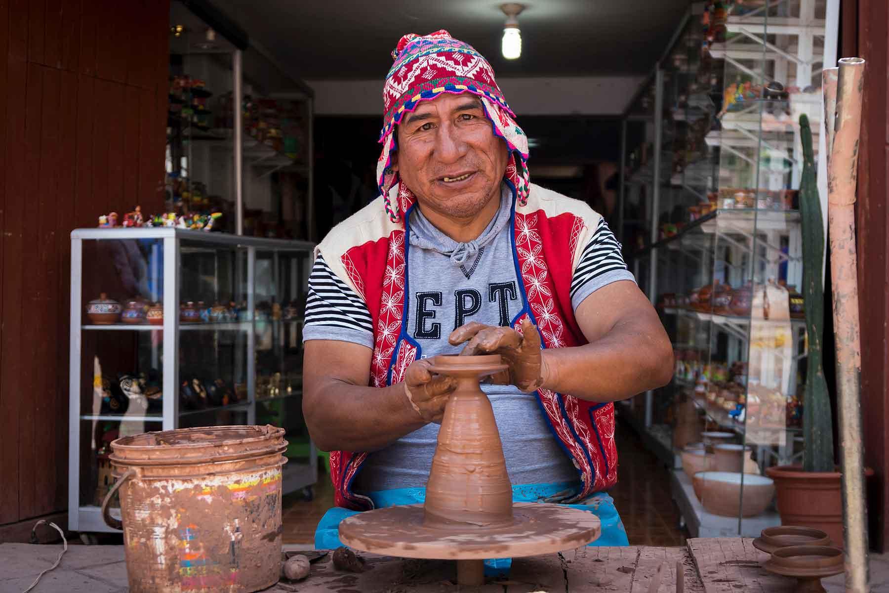 Resor-till-Peru-med-Nygren-&-Lind-Resebyrå---mann-i-peru-keramik