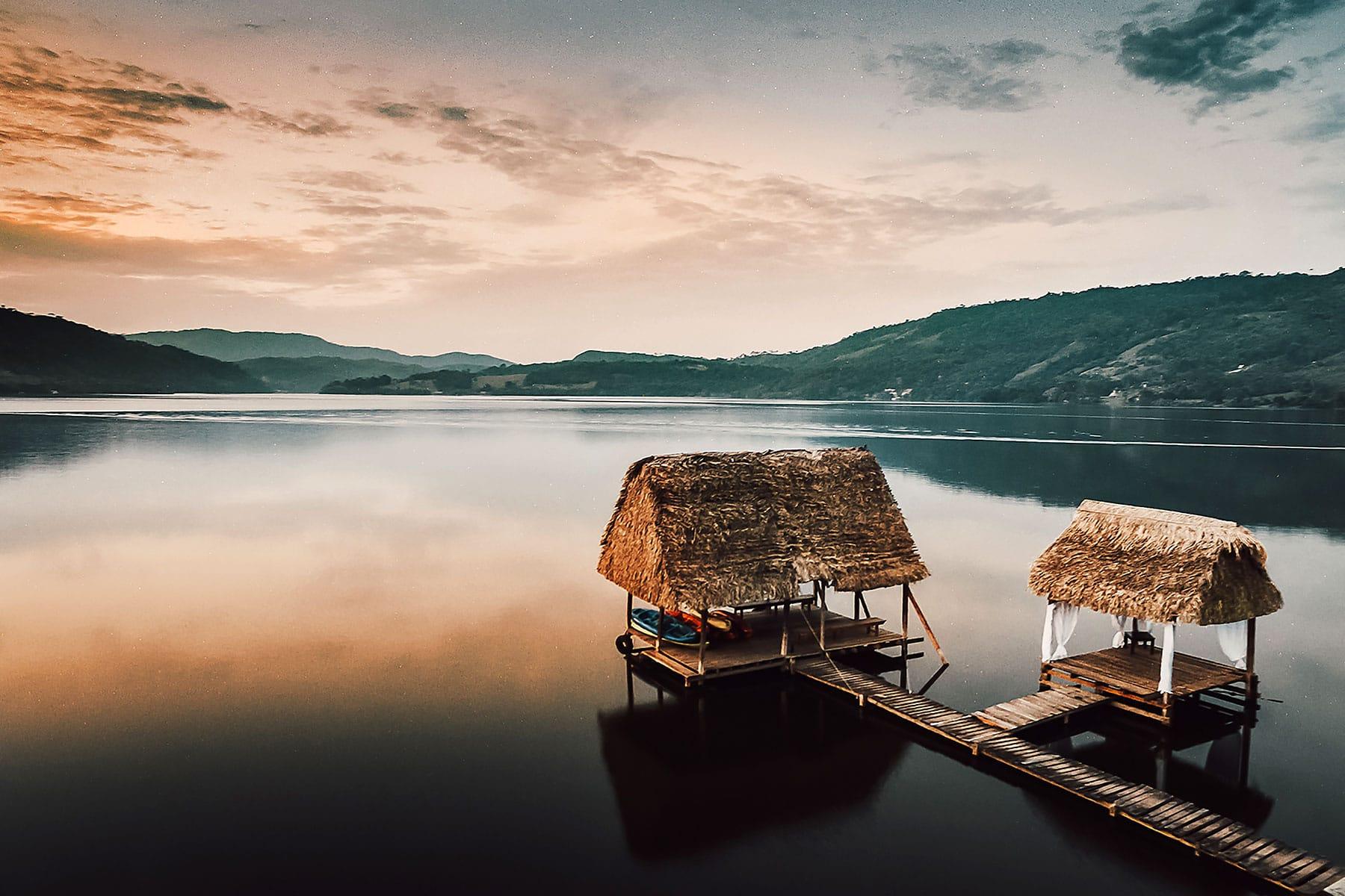 Resor-till-Peru-med-Nygren-&-Lind-Resebyrå---stråhus-på-sjö