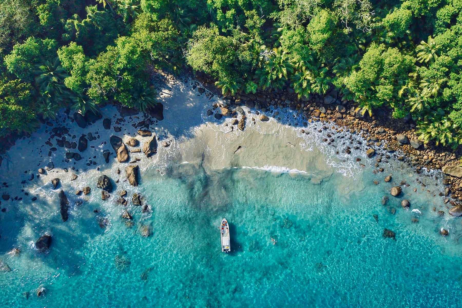 Resor-till-Seychellerna-med-Nygren-&-Lind-resebyrå---båt-vid-strand