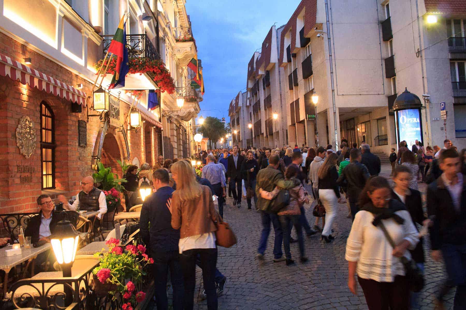 Resor_Litauen_Vilnius-Pilies-street-at-night_nygren_lind