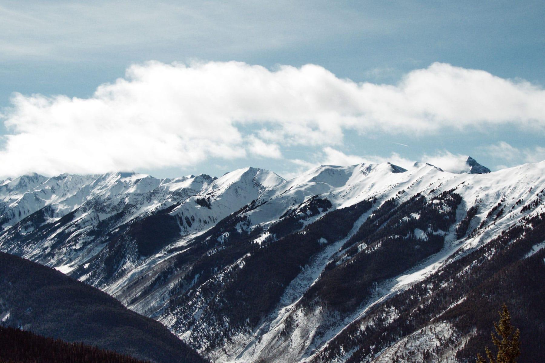 Skidresor-Aspen-Sportlovet-2021-snöklädda-bergstoppar