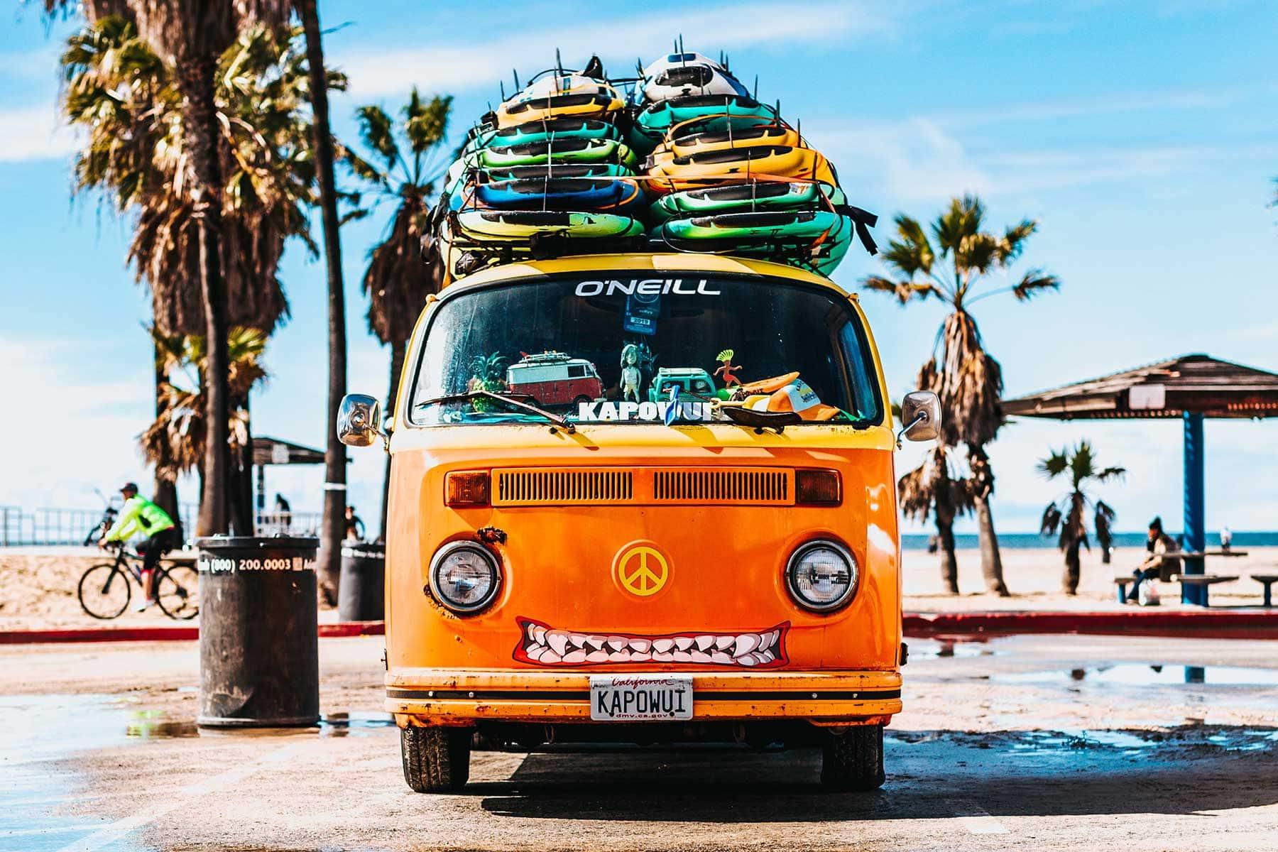 Skräddarsydda-resor-till-Hawaii-hos-Nygren-&-Lind-resebyrå---bil-med-sufbrädor