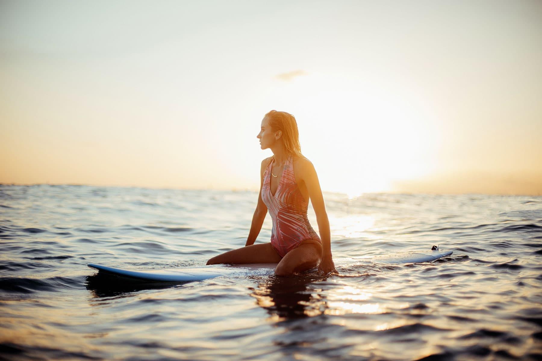 Skräddarsydda-resor-till-Hawaii-hos-Nygren-&-Lind-resebyrå---tjej-på-surfbräda