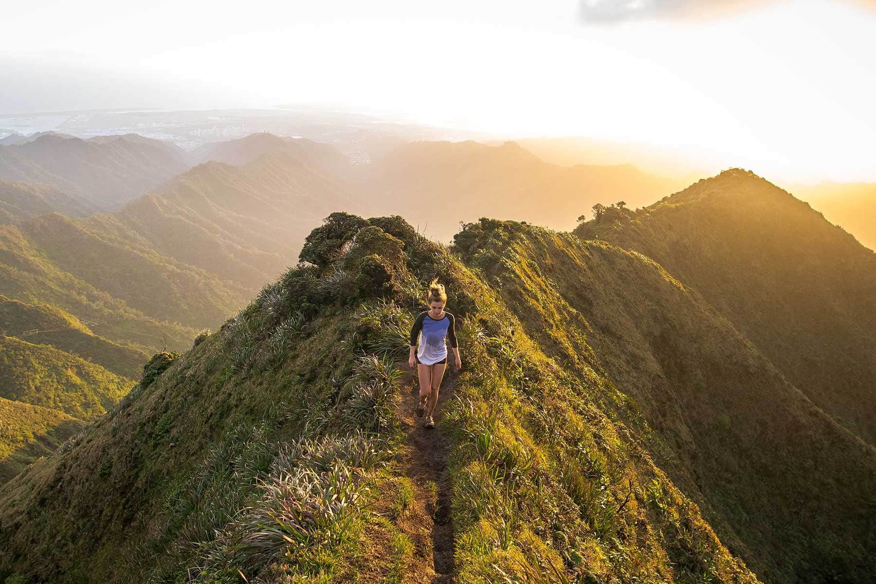 Skräddarsydda-resor-till-Hawaii-hos-Nygren-&-Lind-resebyrå---vacker-natur-med-tjej
