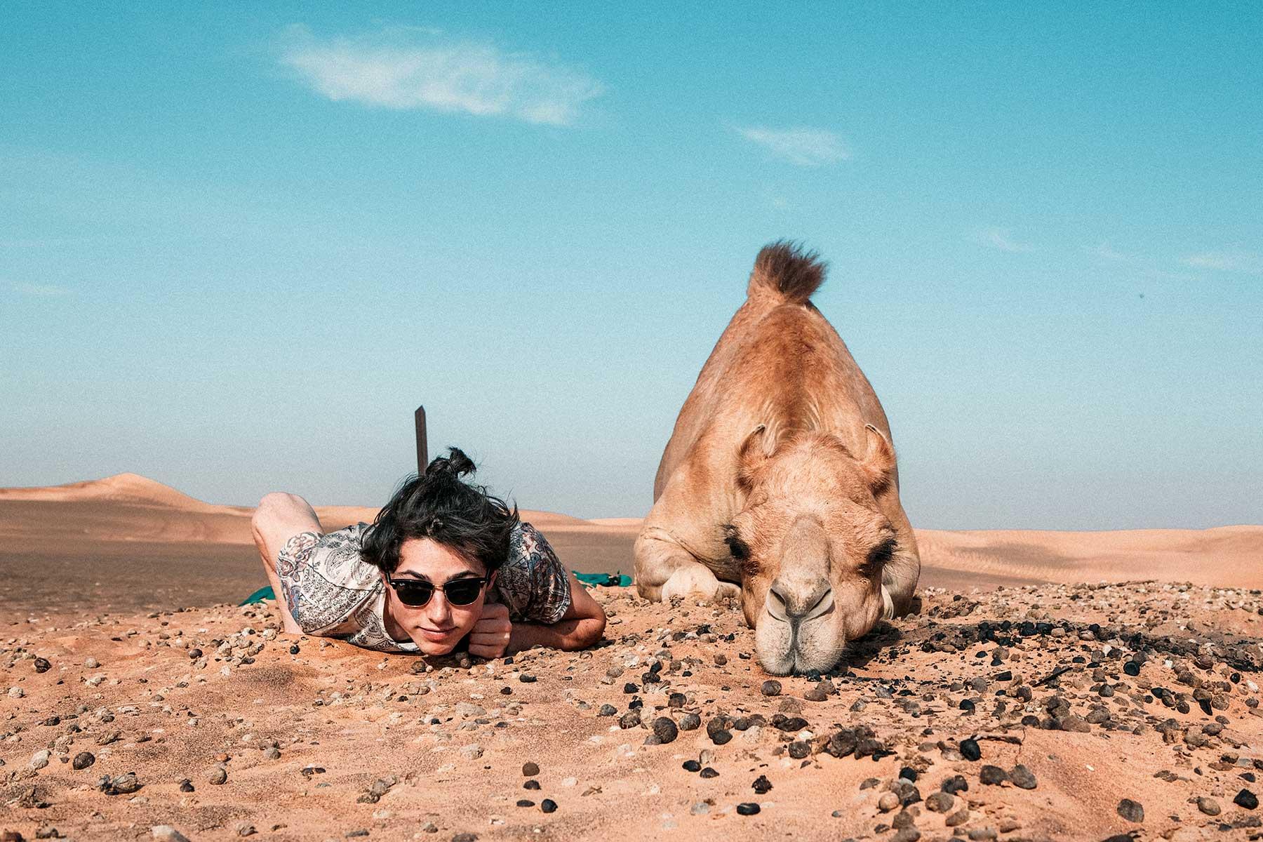 Skräddarsydda-resor-till-Ras-Al-Khaima---kamel-och-kille---Nygren-&-Lind-Resebyrå