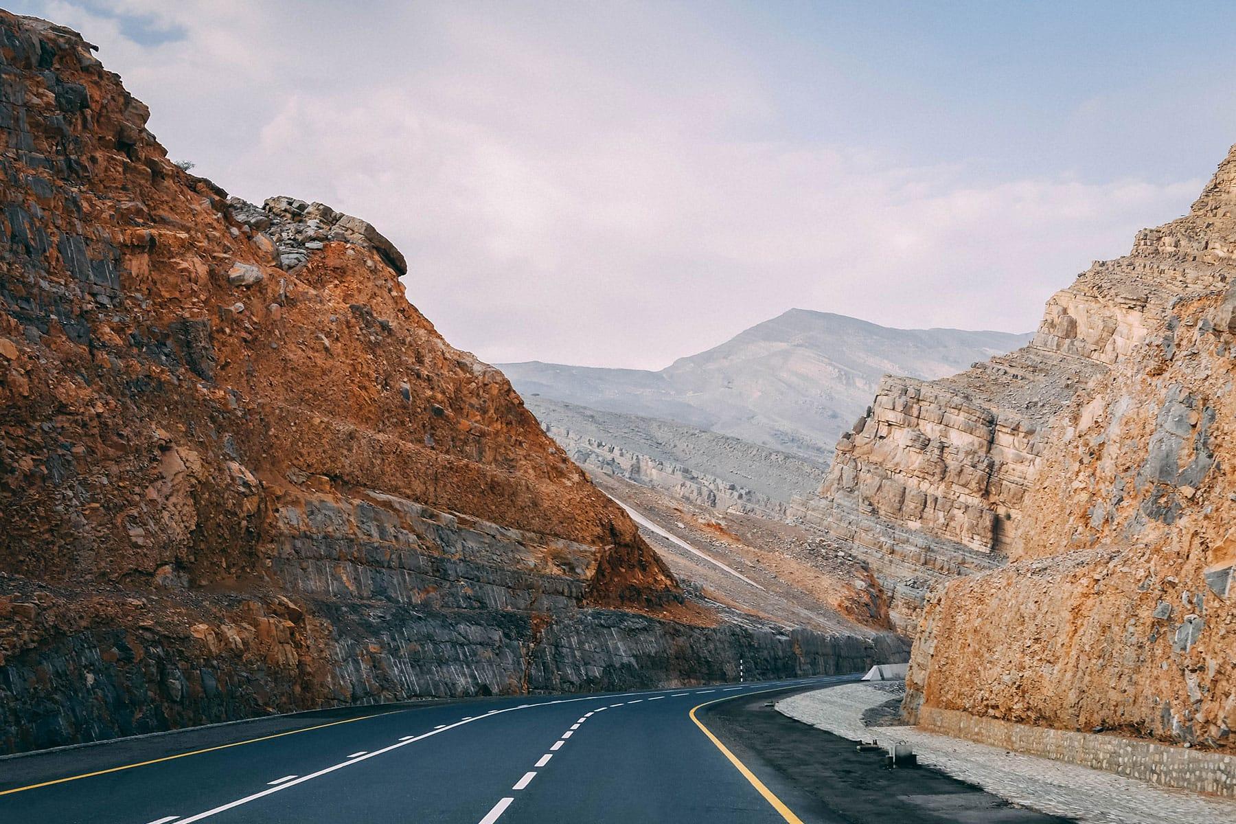 Skräddarsydda-resor-till-Ras-Al-Khaima---väg-klippor--Nygren-&-Lind-Resebyrå