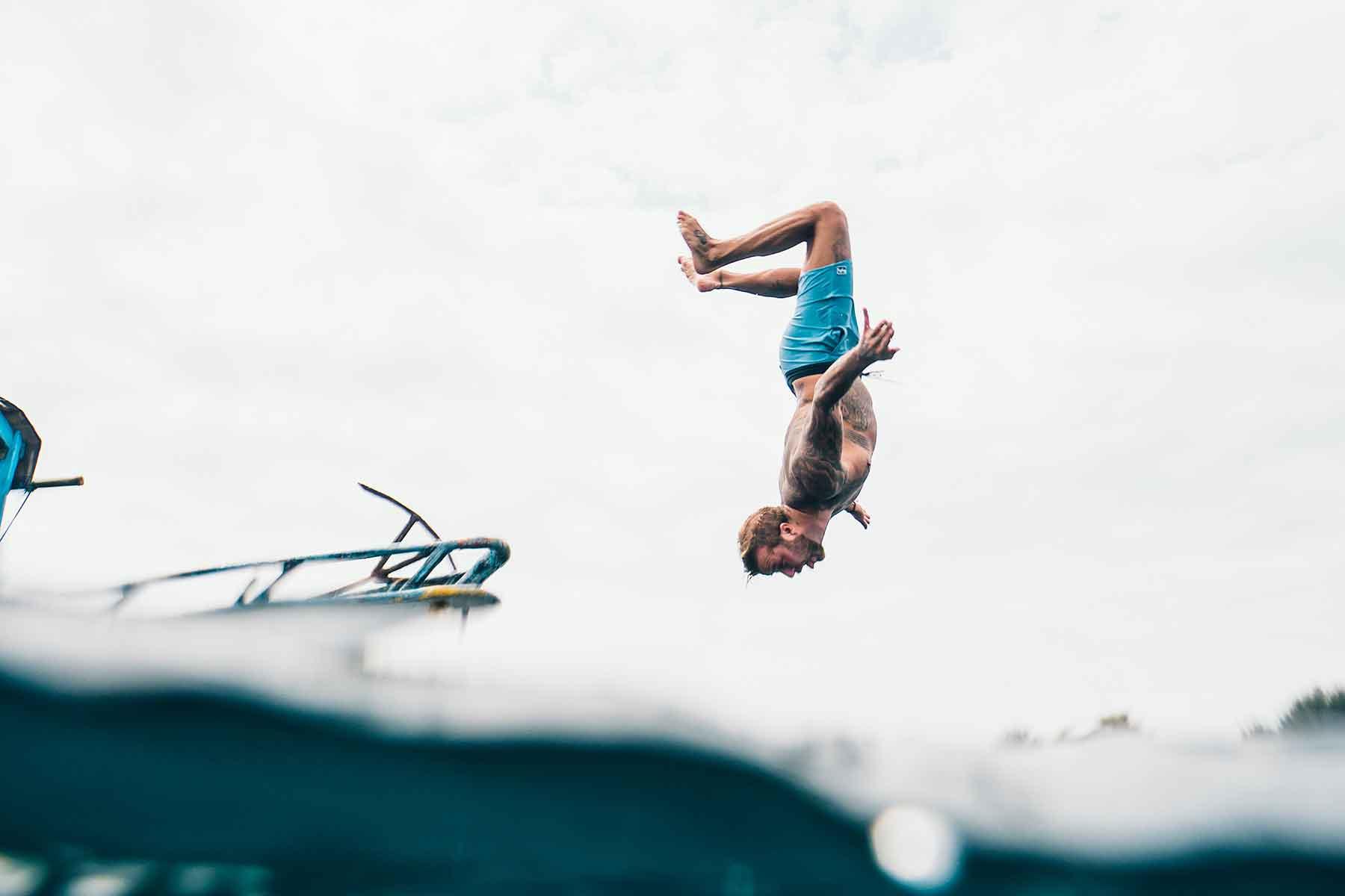 resor-till-lombok-med-Nygren-&-Lind-Resebyrå---mann-hoppar-från-båt